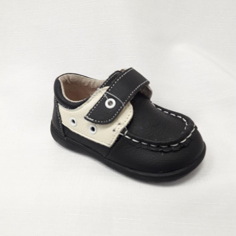 Черни бебешки обувки от естествена кожа.