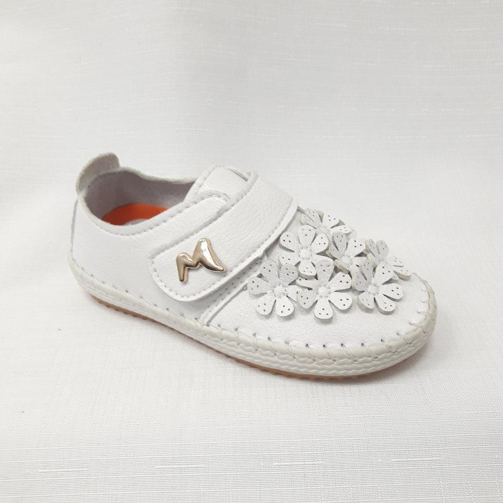 Бели бебешки обувки от естествена кожа.